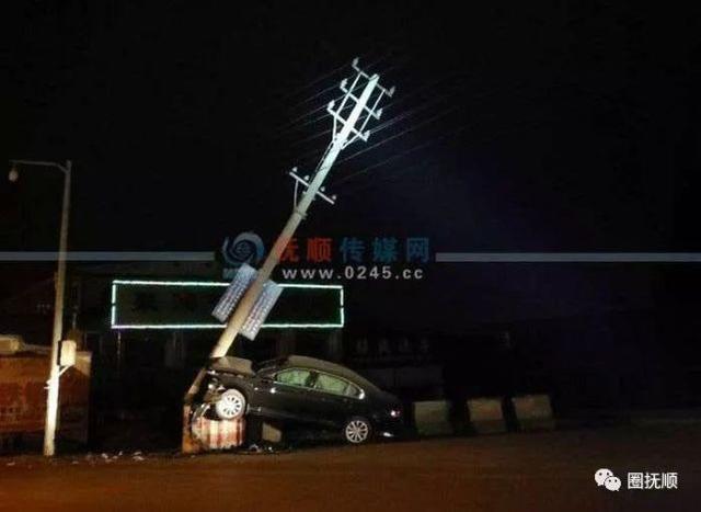 凌晨抚顺一轿车撞向路边防护墩 车头变形供电杆断裂