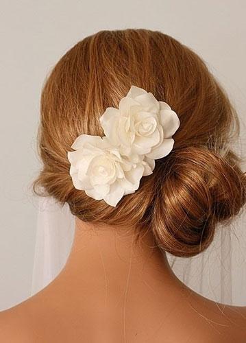 看看她们如何利用新娘头饰打造迷人发型 蔷薇花风情完胜性感女神,妩媚