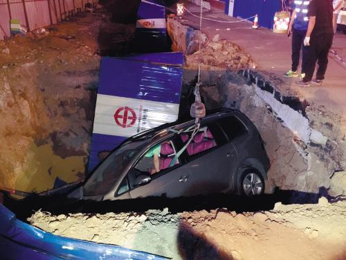 俩车剐碰后追逐 一车栽进路边深坑