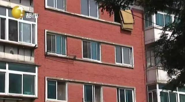 辽阳女子钥匙落家被困屋外 爬楼回家险些丧命