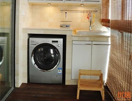 现代家庭里面,很多人都会把洗衣机安放在阳台的位置,因为一来可以节约其它空间,二来方便晾衣服,而且将洗衣机和洗衣池放在阳台,也可以更方便的进行衣服的清洗。但是我们常说,家里的家居摆设都是有一定的风水讲究的,那么洗衣机的摆设同样也有。今天优居网小编就给大家说说洗衣机放在阳台,需要注意哪些风水讲究。