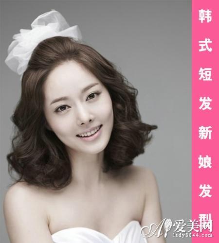 但是如果是类似的短烫发也可以搭配上简单的头花就成为简约的新娘发型图片
