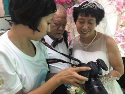 大学生利用暑假为20对老人免费拍摄婚纱照
