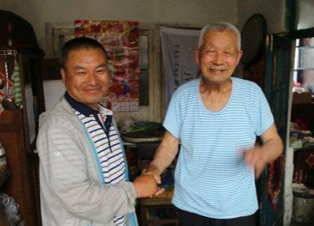 男子卖爆米花为生 照顾孤寡老人6年