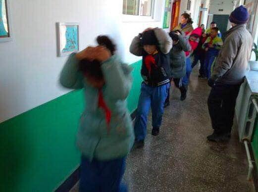 抚顺校园逃生演练 孩子们抱头有序疏散 亲身体验学习安全知识