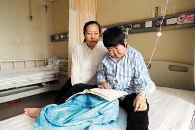 14岁女孩患罕见病 妈妈求助:尽一切努力让女儿少遭罪