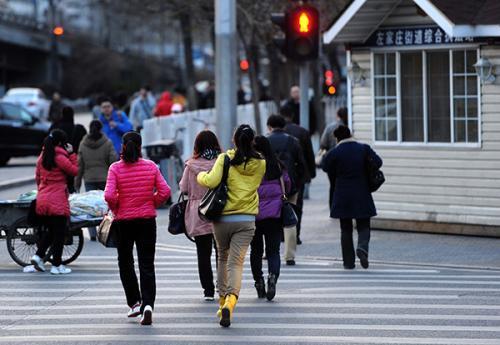 礼让互动和谐出行 沈阳行人闯红灯横穿马路将受罚