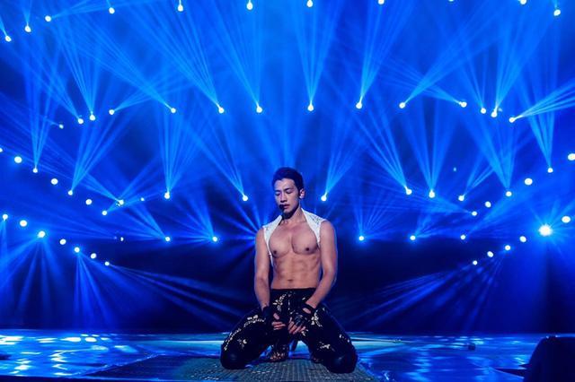 2011rain演唱会_rain沈阳演唱会玩湿身诱惑 裸身秀八块腹肌