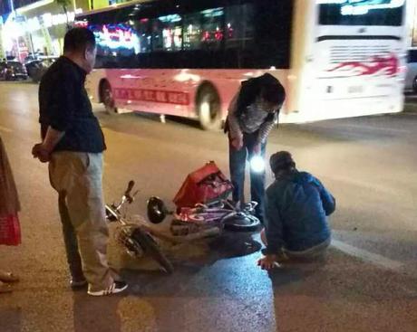 外卖大叔送餐路上被车刮倒 市民帮助送医