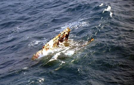 辽宁葫芦岛一渔船沉没 2人获救8人失联