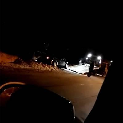 本溪一轿车冲入路旁沟中 拖车都来了!
