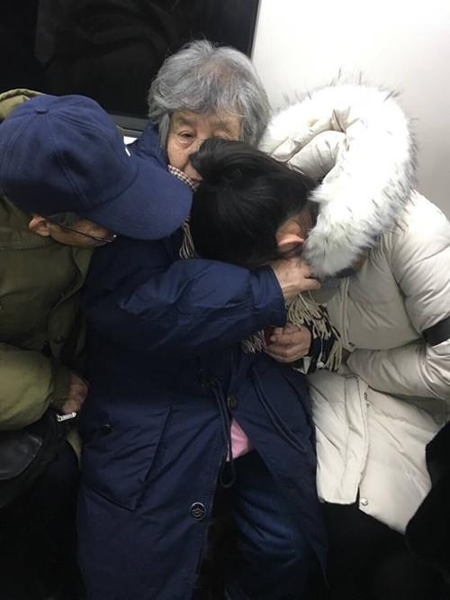 沈阳女孩乘地铁腹痛到哭 陌生奶奶让座爷爷安慰