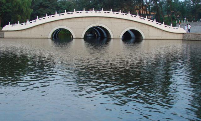 二一九公园湖内女子溺水 被救起时已经死亡
