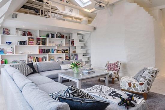有效地利用了斜面的空间,成为了大气的沙发背景墙的同时体还把楼梯