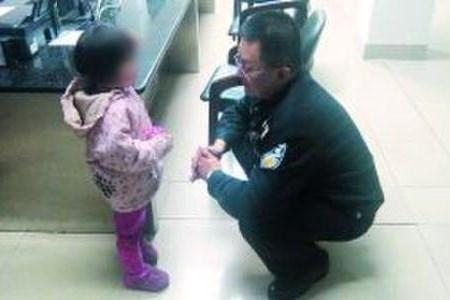 丹东俩小学生莫名走失 见到警察扑在怀里痛哭