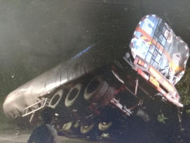 满载30吨危化品罐车侧翻 附近154名村民紧急疏散