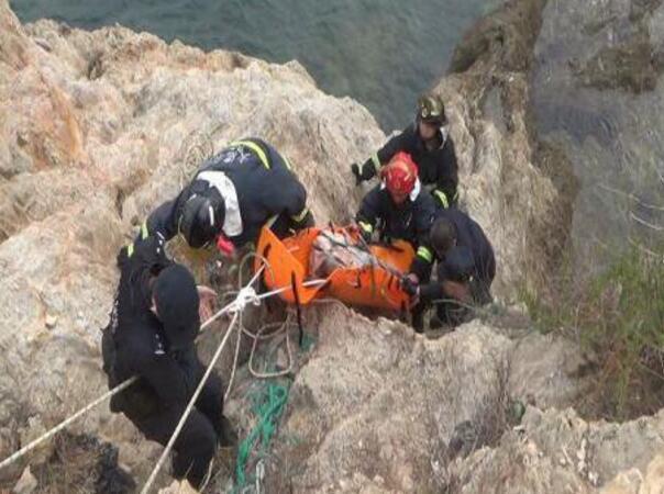 老人失足坠崖落海 市民消防联手救援