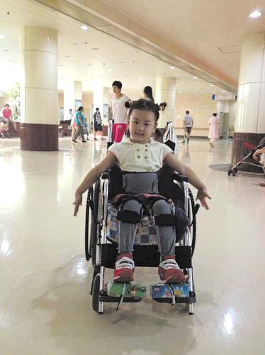 大连4岁女童瘫痪 爷爷为孙女打工攒药费摔伤