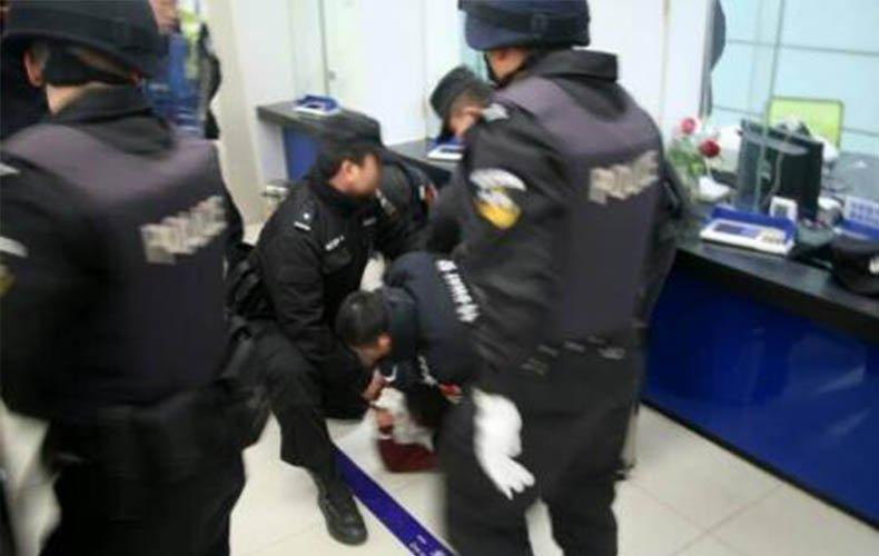 监拍男子持枪抢劫银行 挟持工作人员倒计时威胁开枪