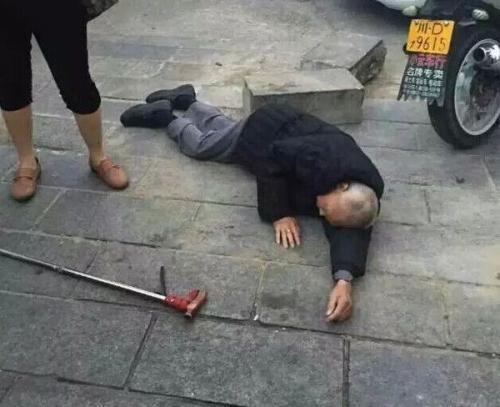 八旬翁摔倒流血