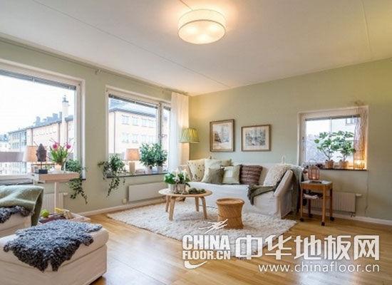白色墙壁和窗帘(窗帘装修效果图)搭配木色地板,白色桌子和海蓝色沙发