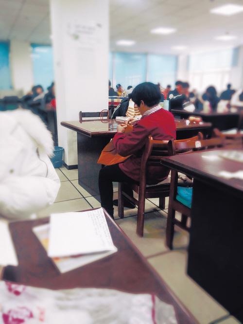 沈阳高校保洁员为学生缝坐垫 引热议