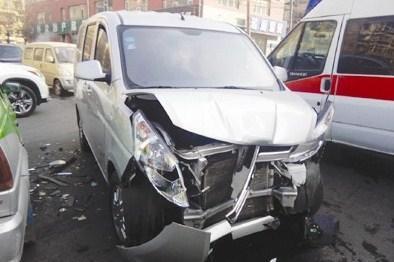 鞍山一出租车与私家车剐蹭 女乘客因身体不适送医