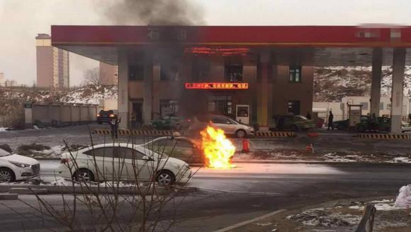 危险!鞍山加气站外出租车自燃!