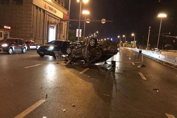沈阳青年大街深夜突发车祸 女子驾车撞护栏 180度旋转外加空翻