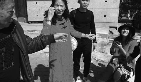 丹东交警护送孕妇生产