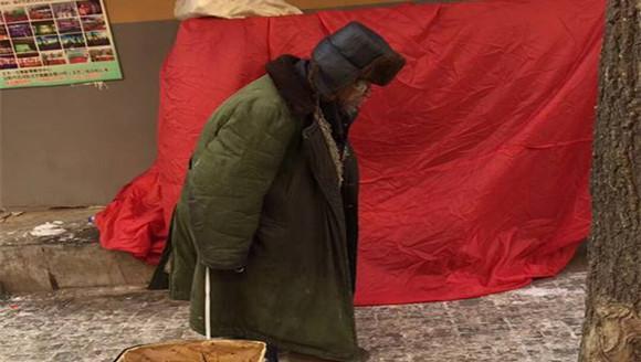 辽宁84岁老人露宿街头15年 不愿受救助