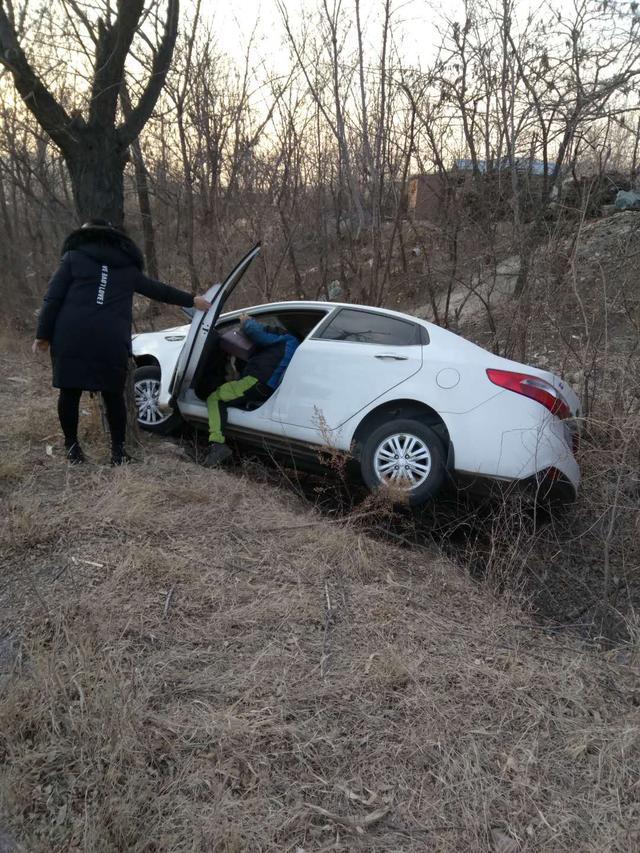 """朝阳一白色轿车玩起""""漂移"""" 不慎跌进路边深沟"""