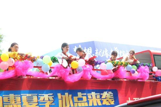 红包世界抛洒惊艳漯河v红包杀鸡十万元美女!巡礼花车图片