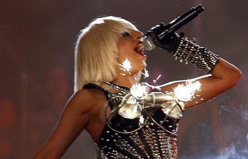 Lady Gaga超越Madonna尖胸装