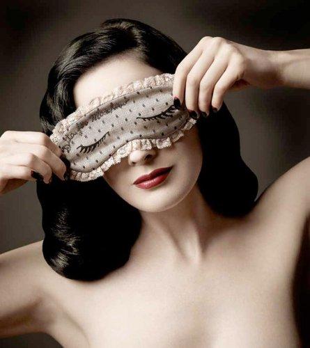 Dita为Moschino设计可爱眼罩