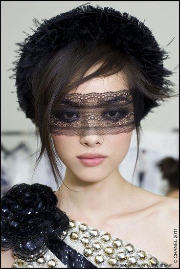化妆成香奈儿式的蒙面女侠