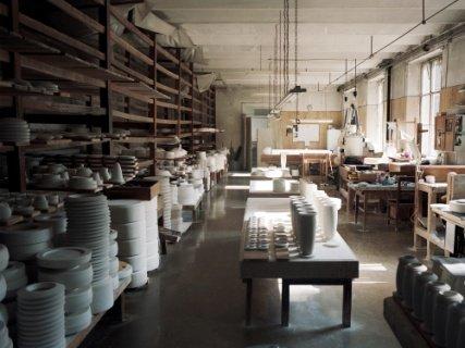 是全球唯一一家以手工制作全部产品的皇家瓷器工坊.