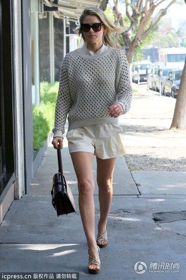 谁说穿上镂空针织衫不能街头扮酷?