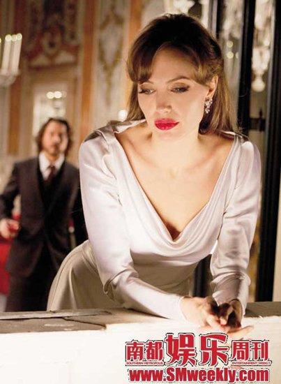 朱莉主演的电影《致命伴侣》俨然是一部人妻时装电影