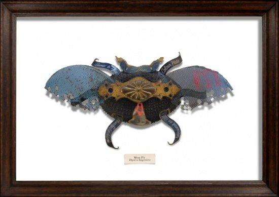 用垃圾制作的艺术品 制作艺术品的材料包括旧的书、太阳眼镜碎片、铜导体、手表齿轮等,Oliver给每一只虫子进行分类,例如一只用圣经封面和旧齿轮做的蛾子就叫先知蛾。他给这些昆虫的定义是:一种生物可以本能的适应现代都市的环境。