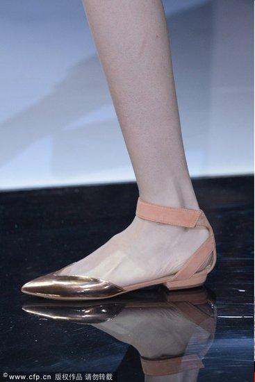 纤巧易穿 低跟尖头鞋风骚依旧