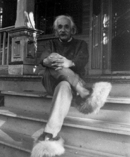 爱因斯坦玩穿越 脚踏新款毛鞋