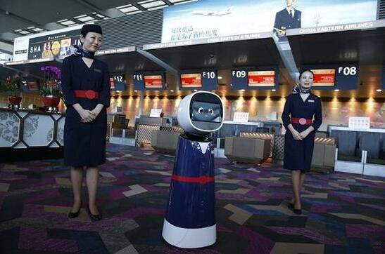 东航虹桥机场T2值机区调整 国内机场首家启用服务机器人