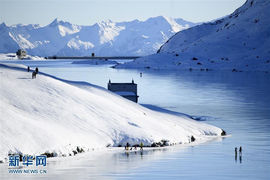 瑞士比安科湖冰封 民众湖面散步