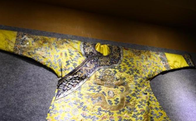 乾隆皇帝御赐马蹄寺的龙袍,至今珍藏在这里色彩艳丽