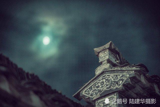 水墨画中的古村夜月:婺源篁岭的夏夜