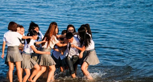 """金石滩海边的毕业季,""""班草""""却被美女们赶进了海里"""