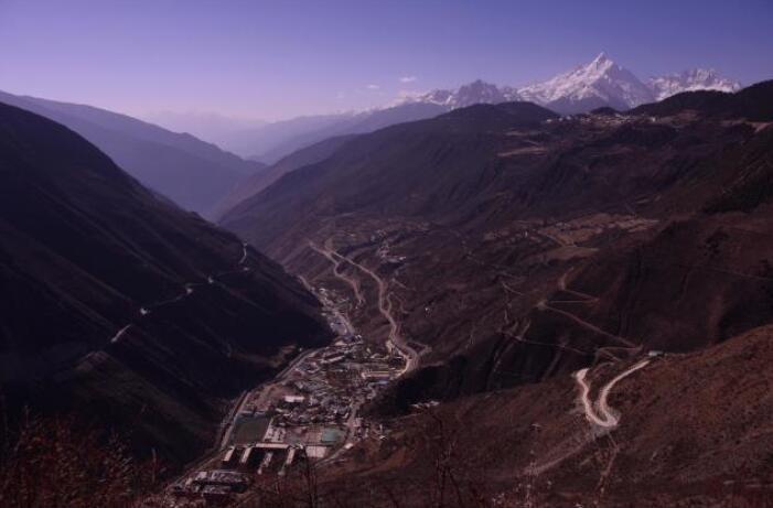 走进雪山云岭藏寨,海拔3000米的冬天生活原始简单