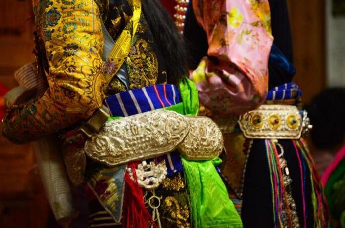 崇尚金属的民族:从神台到全身配饰,遍布金银铜且镂纹精妙