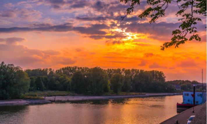 在荷兰阿纳姆,看运河夕阳